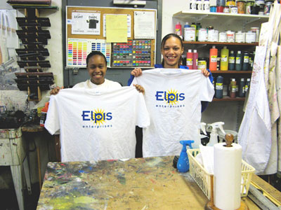 Shadaria Brown, left, and Lashay Declerq-Ransom, in the screenprinting shop. (Park Bugle photo by Roger Bergerson)