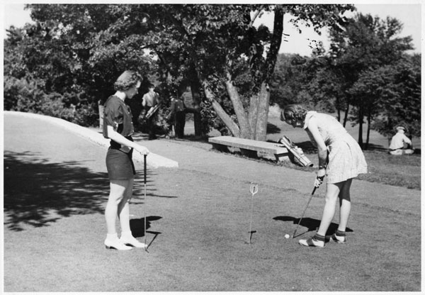 Practice putting at Como in about 1940. Photos courtesy of Minnesota Historical Society.